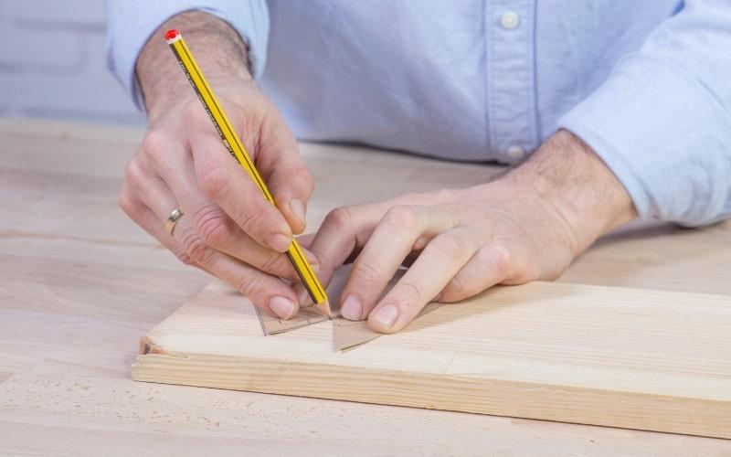 Marca la plantilla en el tablón de madera