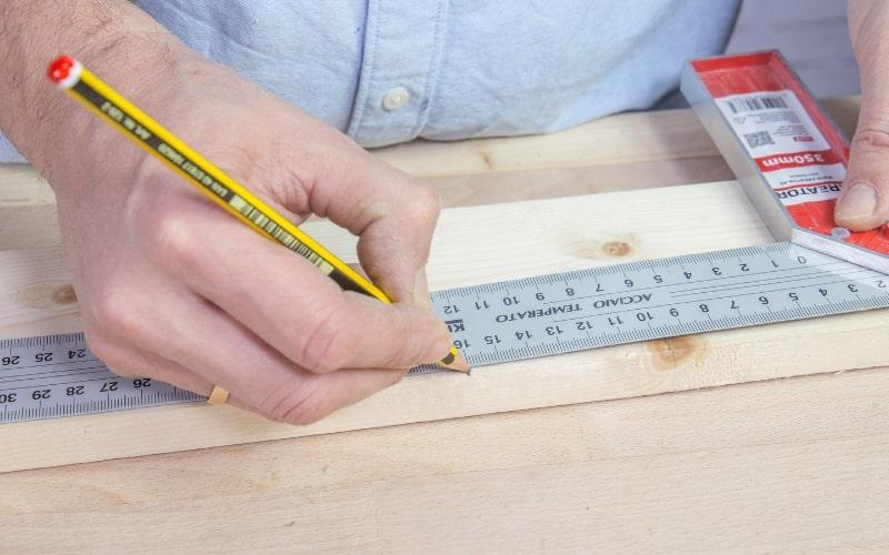Mide y marca los listones de madera