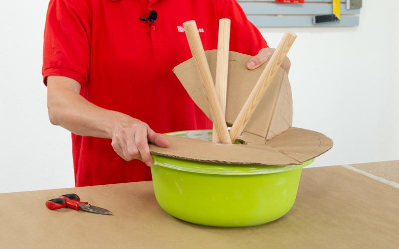 Retira la base de cartón del molde con la escayola