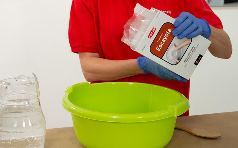 Prepara la mezcla de escayola