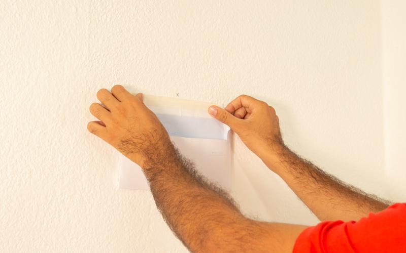 Pega el sobre en la pared