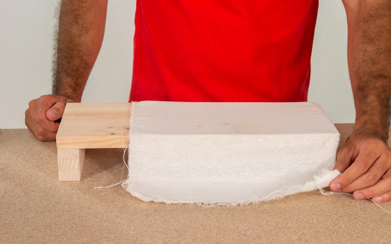 Coloca el trapo sobre la madera