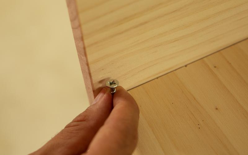 Coloca el tornillo en la madera