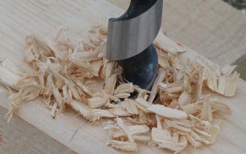 Se prudente al hacer agujeros en la madera