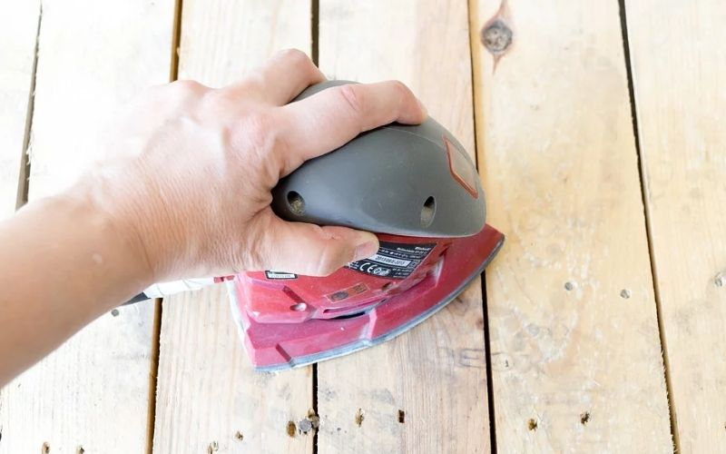 Limpia la madera después de lijarla