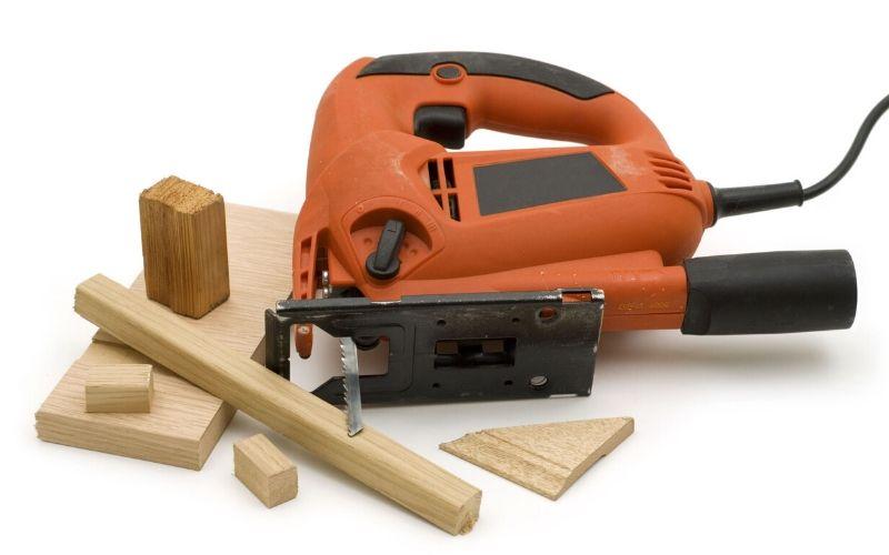 Enciende la sierra de calar antes de rozar la madera