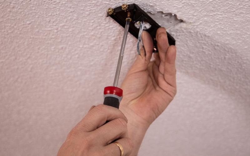 Atornilla la pletina del ventilador al techo
