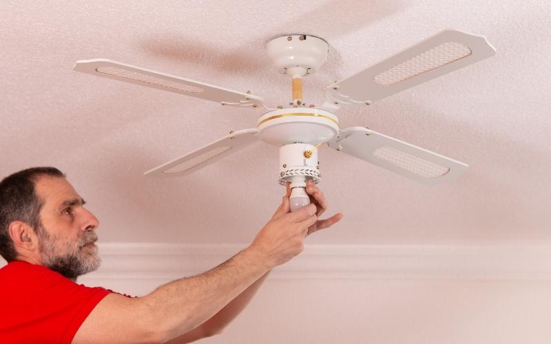 Coloca la bombilla de la lámpara ventilador