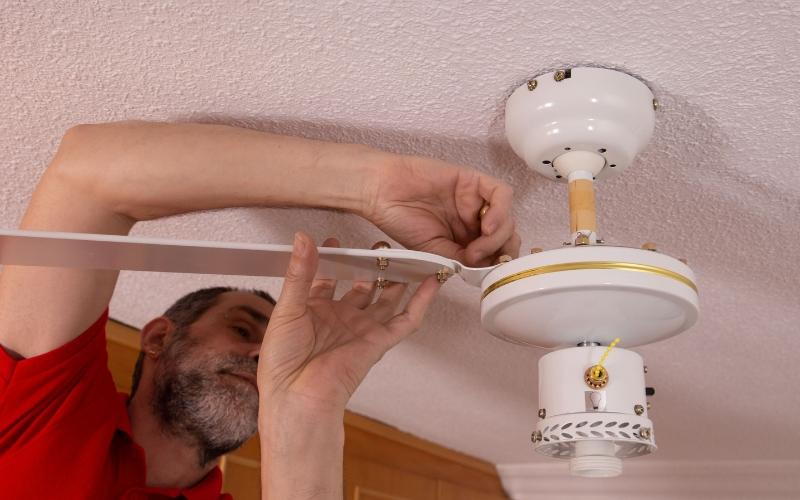 Instala las aspas en el motor del ventilador