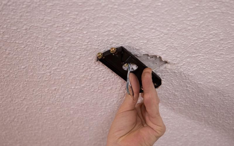 Instala la pletina base del ventilador