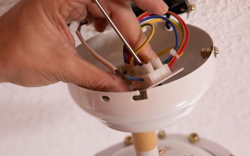 Conecta los cables al sistema eléctrico del ventilador de techo