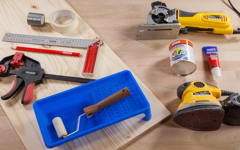 Herramientas y materiales para hacer una bandeja reposabrazos para el sofá