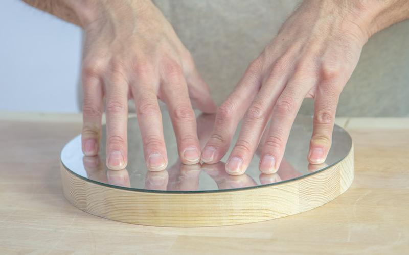 Cómo hacer un espejo de pared con un cinturón paso 7