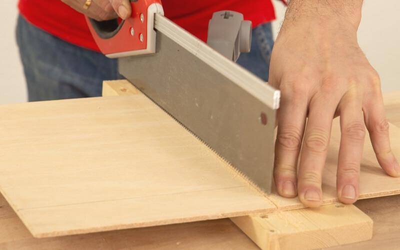 Cortar la madera con la sierra
