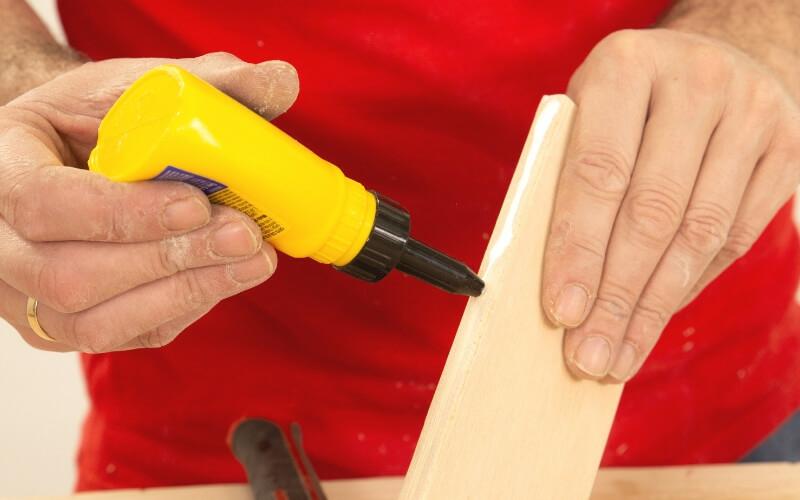 Unir piezas de madera con cola blanca