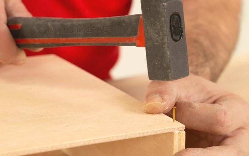 Asegurar unión de la base con los laterales con clavos