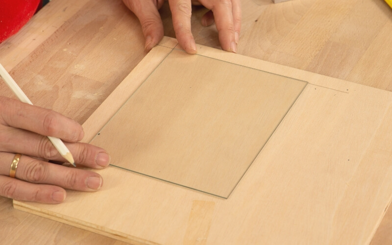 Marcar el hueco interior de la tapa de la caja de madera
