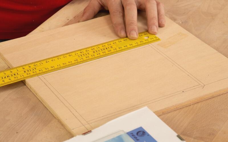 Medir las dimensiones de la tapa de la caja de tés
