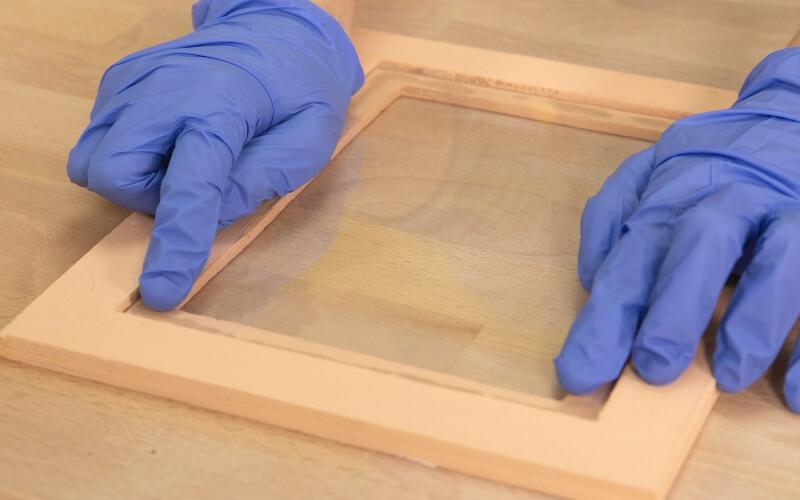 Unir cristal a la madera de la tapa de caja de infusiones