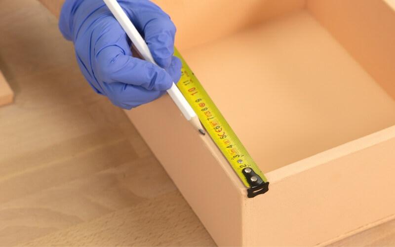 Medir la posición de las bisagras en la caja