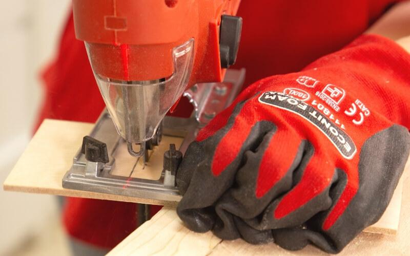 Cortar los separadores de la caja con sierra de calar