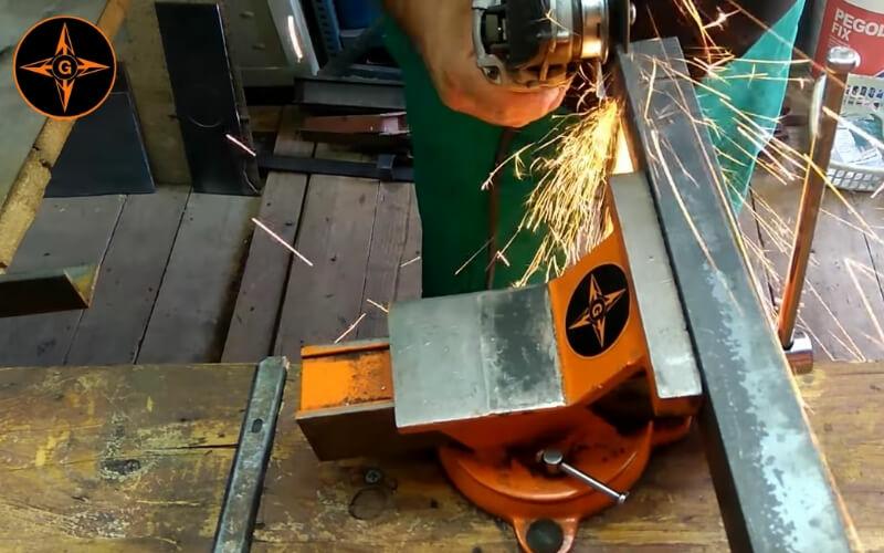 Cortar barras de metal con la amoladora