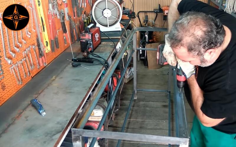 Hacer agujeros a la estructura metálica para instalar tablero