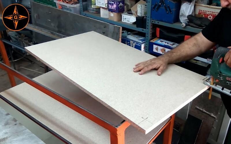 Adaptar las esquinas de los tableros a las patas del banco de trabajo