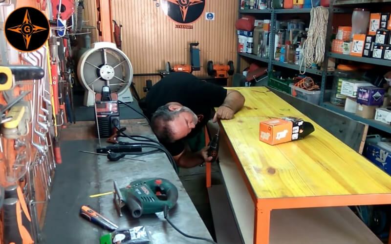 Atornillar la mesa a la estructura metálica