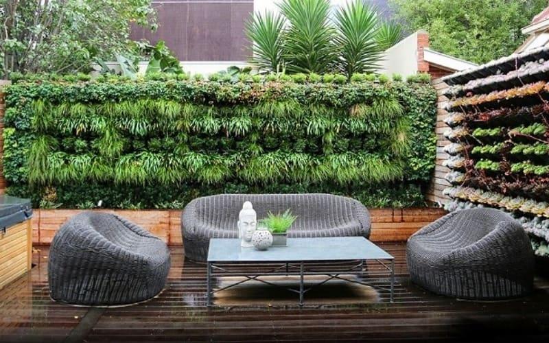 Terraza decorada con jardín vertical artificial