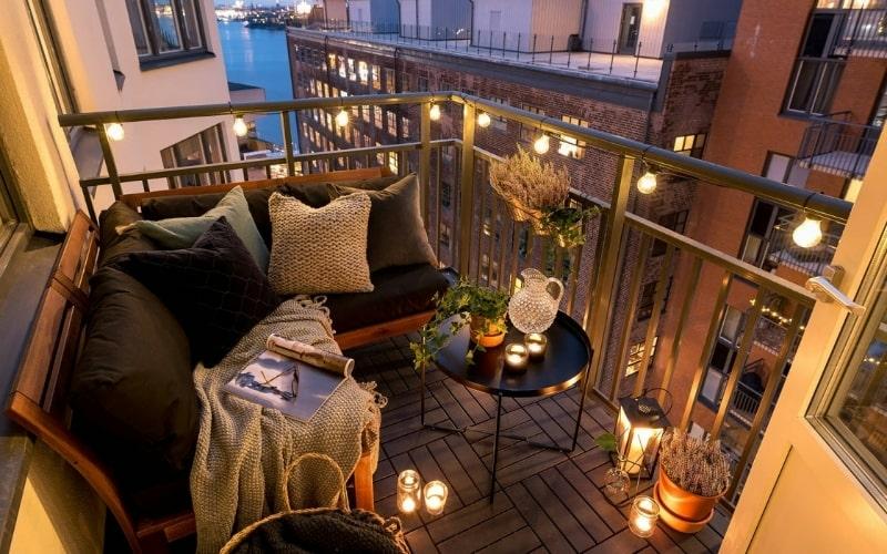 Ideas para iluminar la terraza en verano con guirnaldas y velas